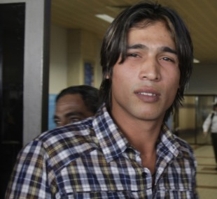 Mohammad Amir arrives at the airport to leave for his hearing in Dubai, Lahore, October 29, 2010