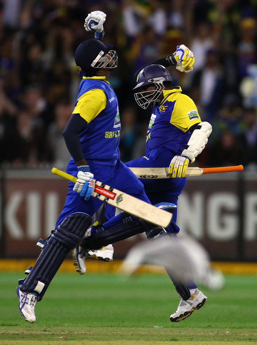 Muttiah Muralitharan and Angelo Mathews react as Sri Lanka cross the finish line