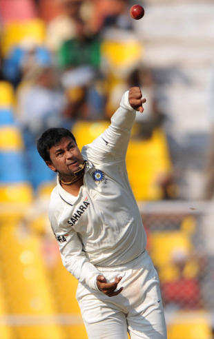 Pragyan Ojha gives the ball some air, India v New Zealand, 1st Test, Ahmedabad, 2nd day, November 5, 2010