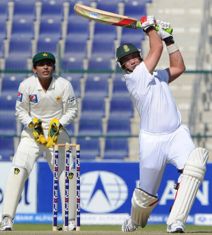Jacques Kallis played some big shots, Pakistan v South Africa, 2nd Test, Abu Dhabi, 1st day, November 20, 2010