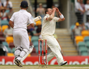 Peter Siddle despairs as a tough chance goes down, Australia v England, 1st Test, Brisbane, 4th day, November 28, 2010