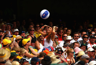 The Gabba spectators play with a beach ball, Australia v England, 1st Test, Brisbane, 4th day, November 28, 2010