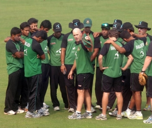 Jamie Siddons calls the shots in Bangladesh's team huddle, November 28, 2010