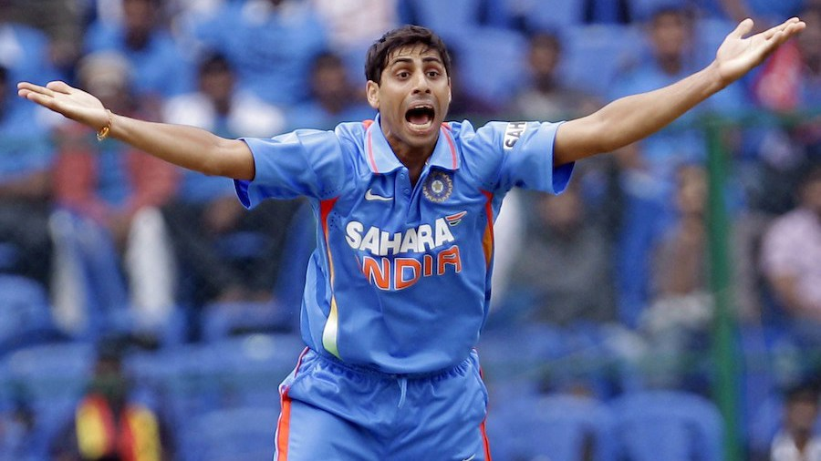 Ashish Nehra appeals for an lbw