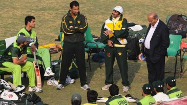 Javed Miandad speaks to the Pakistan players