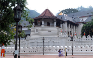 The Temple of the Tooth: you can't miss it when in Kandy