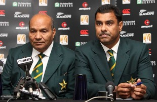 Intikhab Alam and Waqar Younis speak to reporters, Auckland, December 19, 2010