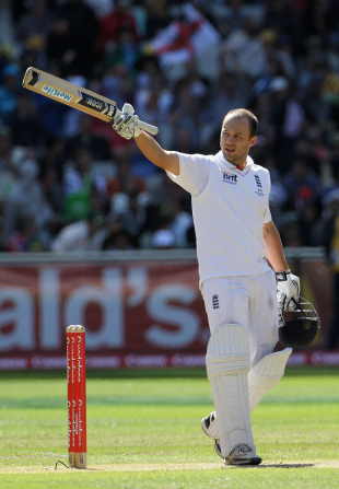 Jonathan Trott acknowledges applause for his hundred, Australia v England, 4th Test, Melbourne, 2nd day, December 27, 2010