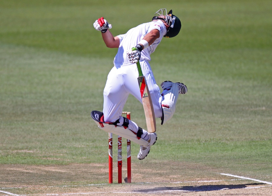 Jacques Kallis tries in vain to survive a bouncer from Sreesanth