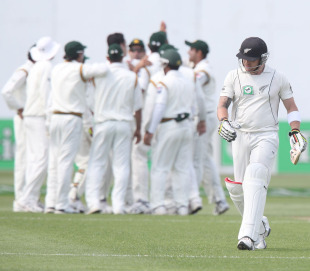 Brendon McCullum walks back as Pakistan celebrate, New Zealand v Pakistan, 2nd Test, Wellington, 1st day, January 15, 2011