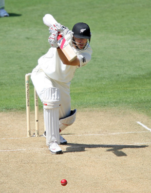 Daniel Vettori drives fluently down the ground, New Zealand v Pakistan, 2nd Test, Wellington, 2nd day, January 16, 2011
