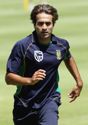 Imran Tahir warms up at a practice session, Cape Town, January 17, 2011