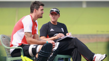 Kevin Pietersen and Andy Flower have a chat during practice
