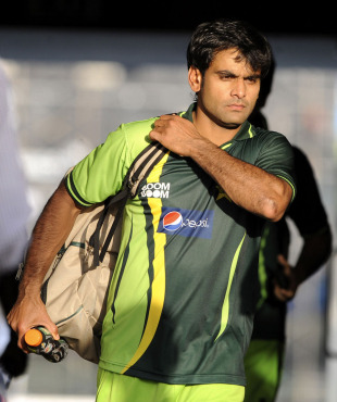 Mohammad Hafeez makes his way to the team bus as Pakistan head for a training session, Colombo, February 24, 2011