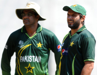 Waqar Younis and Shahid Afridi watch Pakistan's training session, Kandy, March 11, 2011