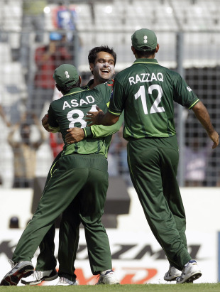 Mohammad Hafeez is congratulated by team-mates after dismissing Devon Smith, Pakistan v West Indies, 1st quarter-final, World Cup 2011, March 23, 2011