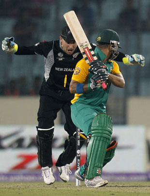 Brendon McCullum and Daniel Vettori react as JP Duminy is bowled, New Zealand v South Africa, 3rd quarter-final, Mirpur, World Cup 2011, March 25, 2011