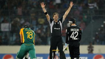 Jacob Oram celebrates after dismissing Faf du Plessis