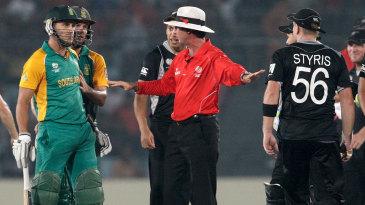 Nigel Llong intervenes in an argument between Faf du Plessis and Scott Styris
