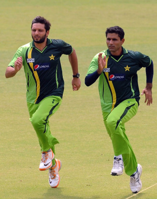 Shahid Afridi and Abdul Razzaq sprint during a warm-up session, Mohali, March 28, 2011