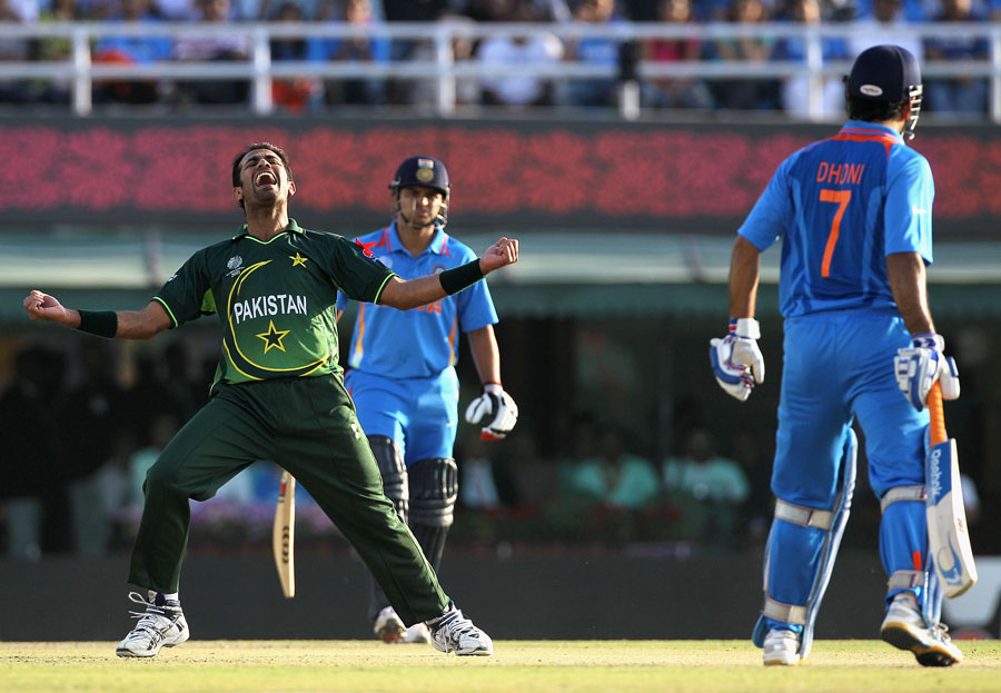 Wahab Riaz is ecstatic after knocking over MS Dhoni