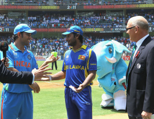 The final got off to a controversial start, with the toss having to be done twice, India v Sri Lanka, final, Mumbai, April 2, 2011