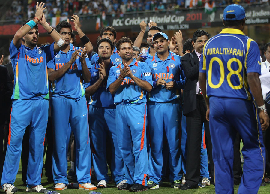 Muttiah Muralitharan gets a standing ovation from the Indian team as he goes to collect his medal