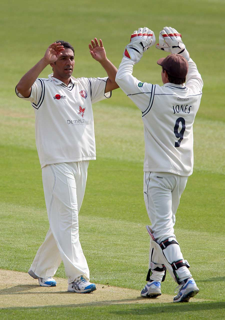 132223 - Pakistan duo lead Kent to victory