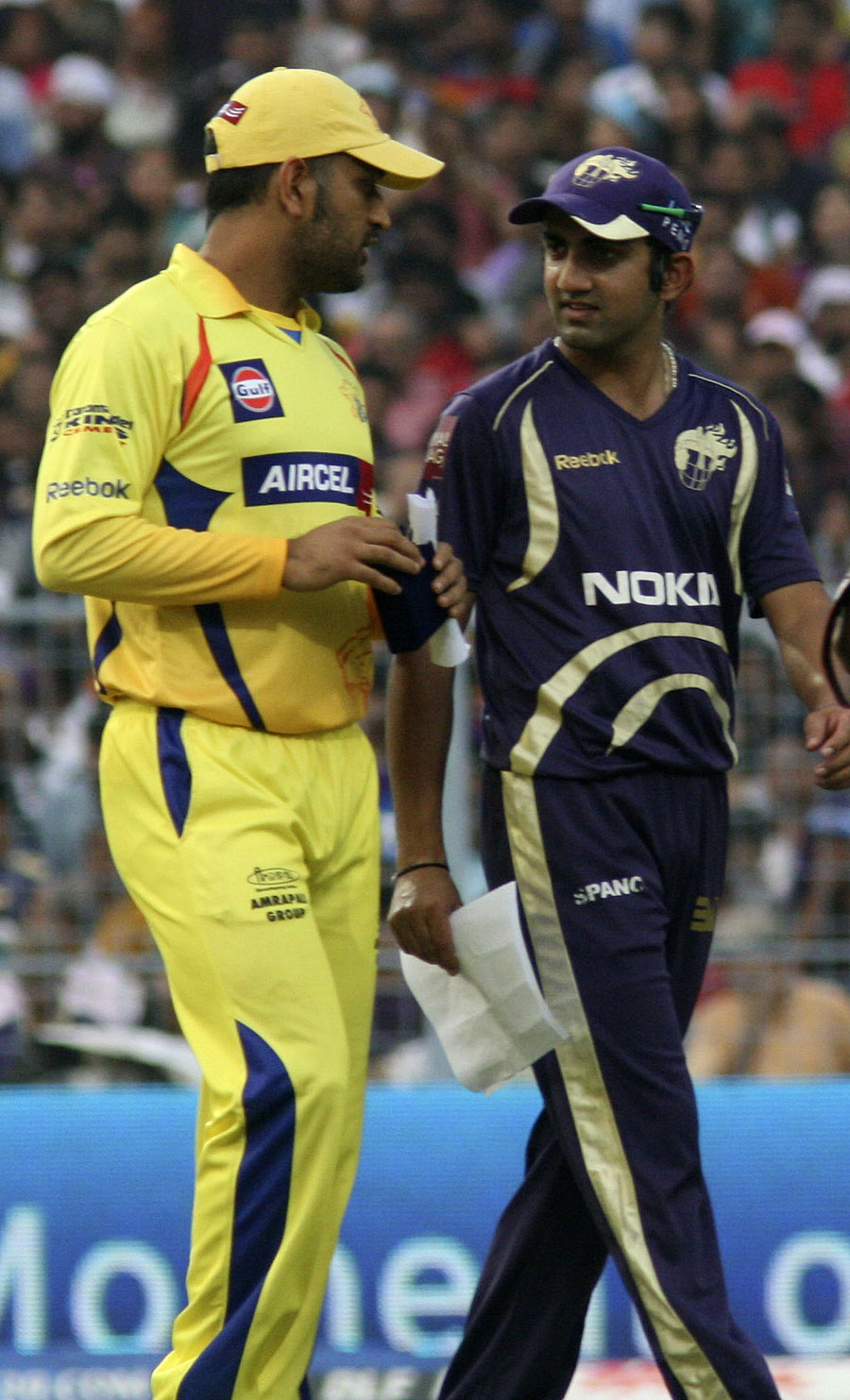 MS Dhoni and Gautam Gambhir have a chat during the rain delay