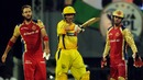 Michael Hussey celebrates 50 as Daniel Vettori and AB de Villiers look on