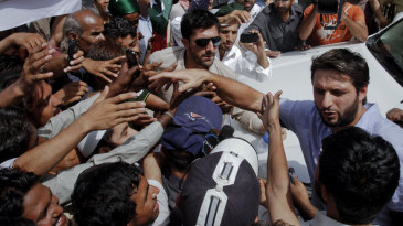 Shahid Afridi is mobbed by the media and fans at the Sindh High Court