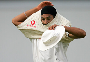 Monty Panesar puts on his sweater, third Test, England v India, The Oval, 9 August 2007