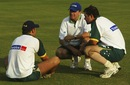 Chairman of selectors Trevor Hohns chats with Australian vice-captain Adam Gilchrist and captain Ricky Ponting during training at Dambulla Stadium, Sri Lanka, February 19, 2004