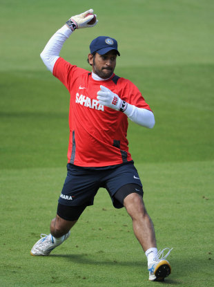 MS Dhoni prepares to throw the ball during practice, Edgbaston, August 9, 2011