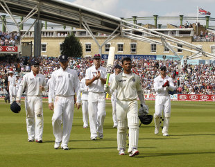 Rahul Dravid walks back to a rousing ovation, undefeated in his lone battle, England v India, 4th Test, The Oval, 4th day, August 21, 2011