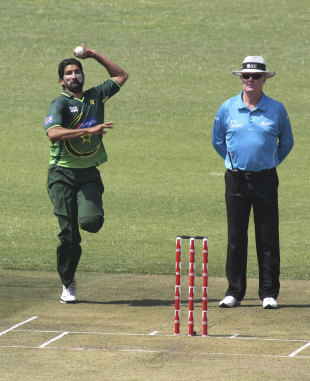 Sohail Tanvir runs in, Zimbabwe v Pakistan, 2nd ODI, Harare, September 11, 2011