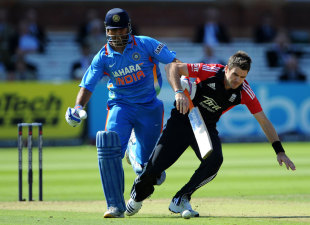 MS Dhoni collides with James Anderson, England v India, 4th ODI, Lord's, September 11, 2011