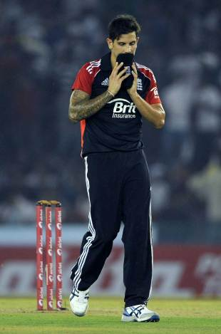 Jade Dernbach endured another difficult match, India v England, 3rd ODI, Mohali, October 20, 2011