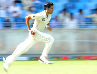 Umar Gul steams in, Pakistan v Sri Lanka, 2nd Test, Dubai, 1st day, October 26, 2011