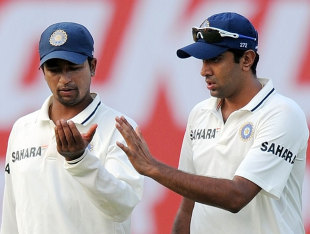 Pragyan Ojha and R Ashwin discuss tactics, India v West Indies, 1st Test, New Delhi, 1st day