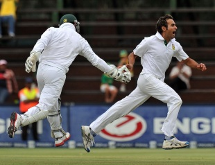 Imran Tahir celebrates Usman Khawaja's wicket, South Africa v Australia, 2nd Test, Johannesburg, 4th day, November 20, 2011