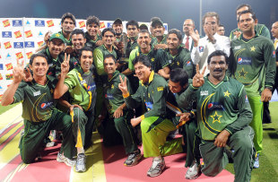 The victorious Pakistan team strikes a happy pose, Pakistan v Sri Lanka, 5th ODI, Abu Dhabi, November 23, 2011