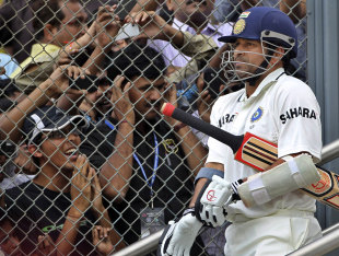 Sachin Tendulkar walks out to big cheers, India v West Indies, 3rd Test, Mumbai, 3rd day, November 24, 2011