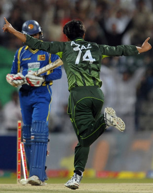 Aizaz Cheema rattles Upul Tharanga's stumps, Pakistan v Sri Lanka, Only T20I, Abu Dhabi, November 25, 2011