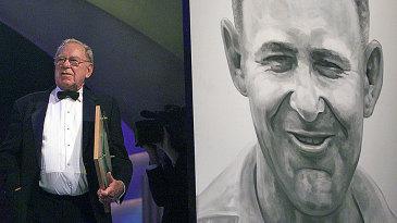 Arthur Morris accepts his Hall of Fame award