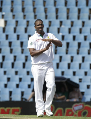 Vernon Philander requests a referral, South Africa v Sri Lanka, 1st Test, Centurion, 1st day, December 15, 2011