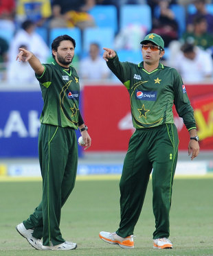 Shahid Afridi and Misbah-ul-Haq set the field, Pakistan v Sri Lanka, 2nd ODI, Dubai, November 14, 2011
