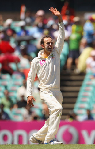 Nathan Lyon appeals, Australia v India, 2nd Test, Sydney, 1st day, January 3, 2012