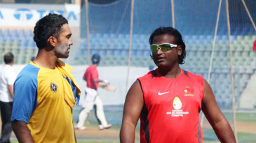 Dinesh Karthik and Ramesh Powar have a chat