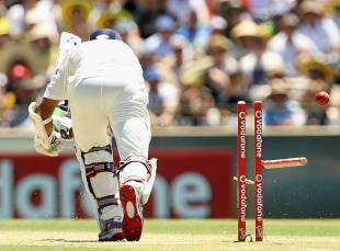 Rahul Dravid loses his leg stump, Australia v India, 3rd Test, Perth, 3rd day, January 15, 2012